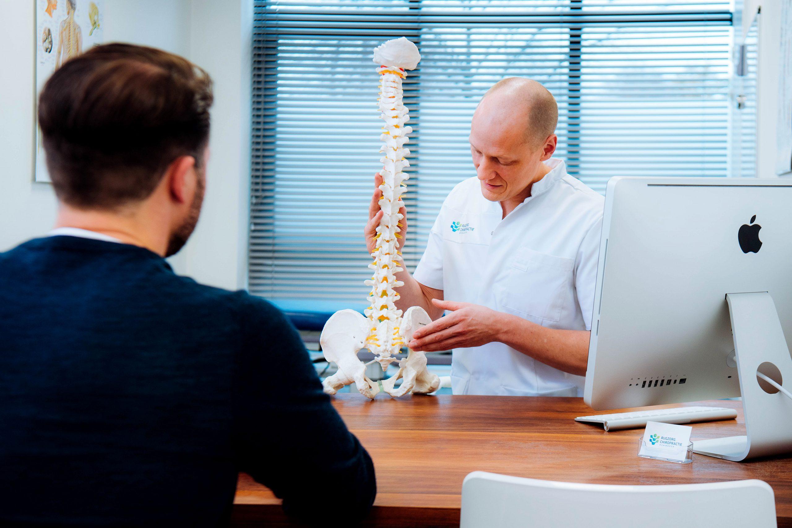 Chiropractor Geeft Uitleg Wervelkolom En Behandeling
