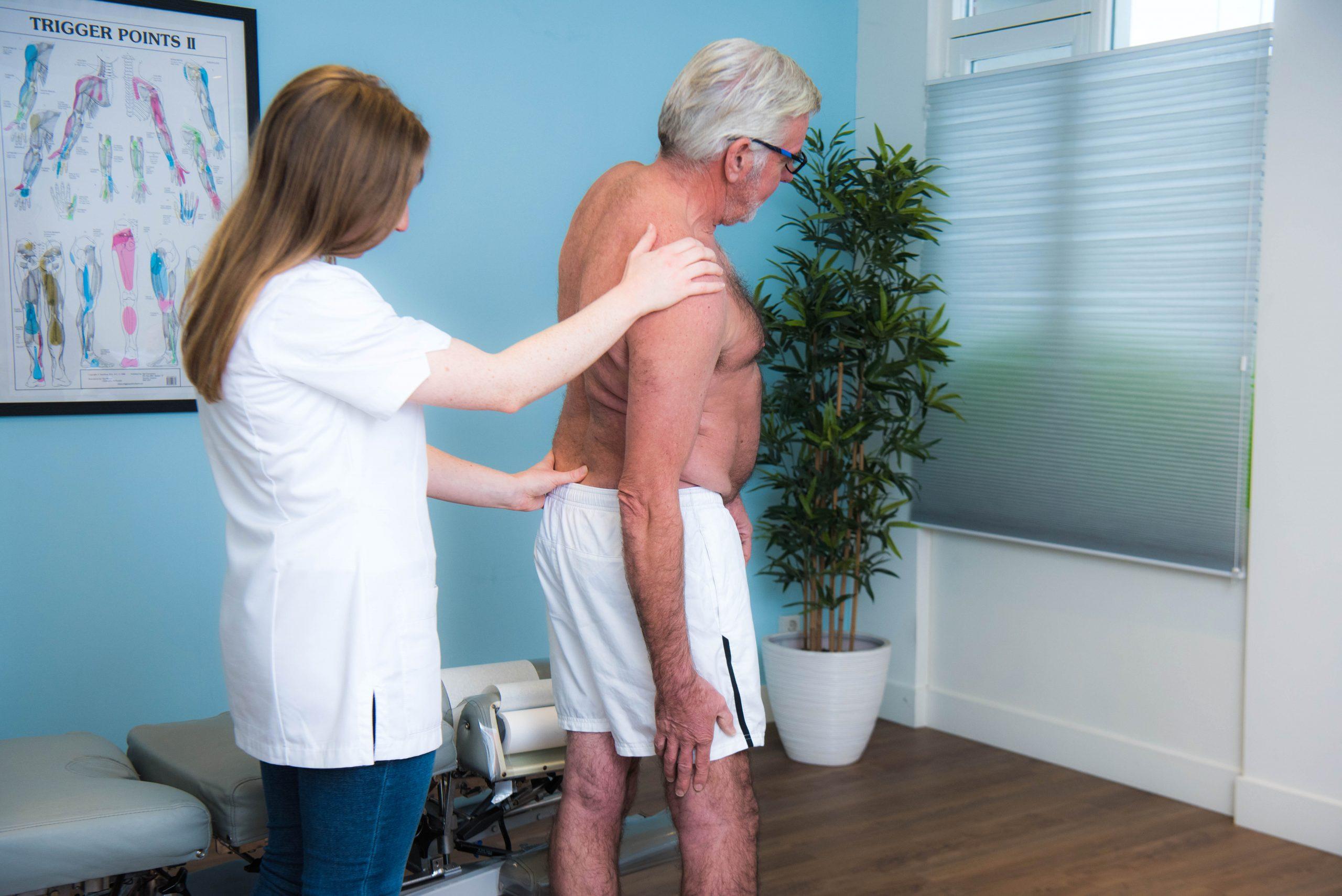 Chiropractor Checkt Rug Oudere Patient Met Scoliose